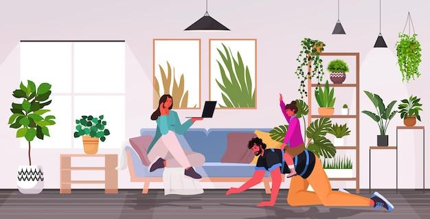 Дочь верхом на спине отца концепция отцовства отцовство счастливая семья проводит время вместе дома интерьер гостиной горизонтальный