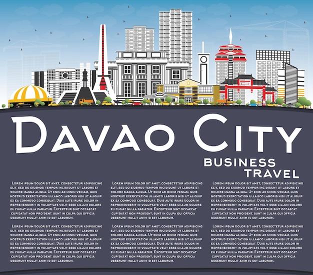 灰色の建物、青い空、コピースペースのあるダバオ市フィリピンのスカイライン。ベクトルイラスト。近代建築と出張と観光のイラスト。