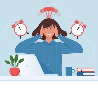 締め切りのコンセプト。目覚まし時計とコンピューターで気になるビジネスウーマン。
