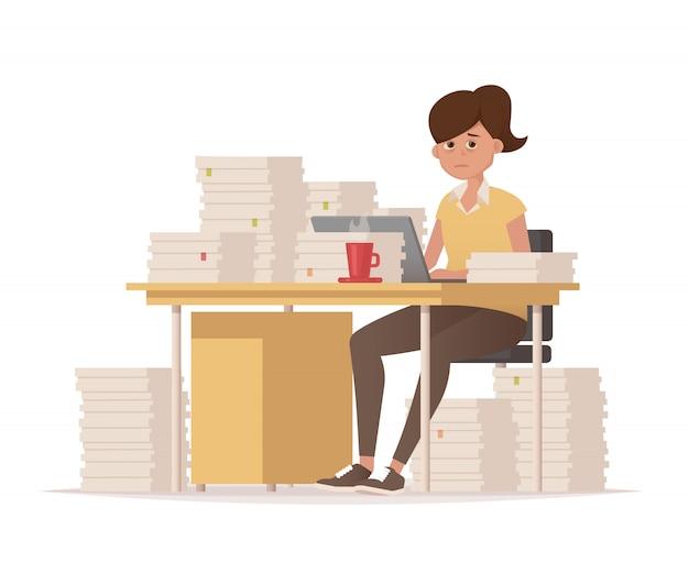仕事の締め切り。書類がたくさんある彼女の机で疲れた女性。