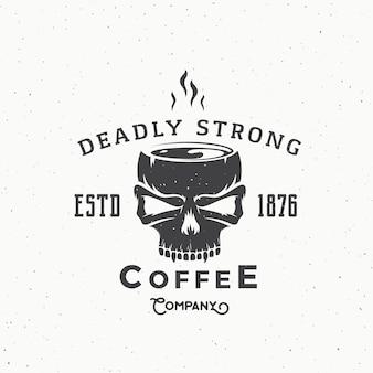 Смертельная крепкая кофейная компания vintage логотип или шаблон этикетки. кружка горячего напитка из черепа иллюстрации.