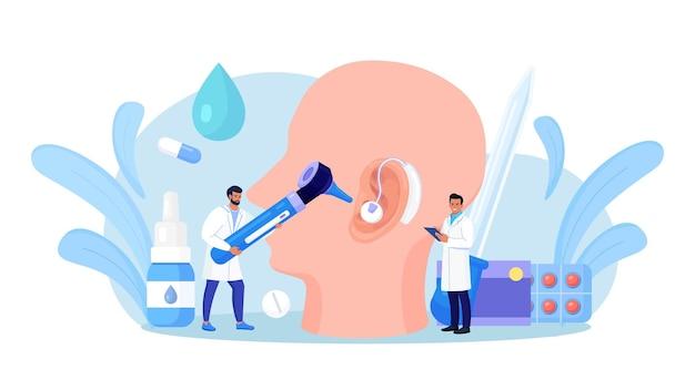난청, 청력 상실. 의사는 귀, 청각 기관의 건강을 확인합니다. 청력 문제가 있는 청각 장애 환자는 치료를 위해 청력 전문의를 방문합니다. 건강 검진, 귀 검사. 보청기가 있는 큰 귀