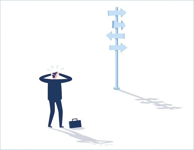 Решение бизнес-концепции бизнесмен стоял мрачно и смотрит на стрелки, указывающие на многие направления