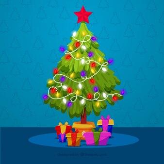 Украшенная новогодняя елка с подарками под