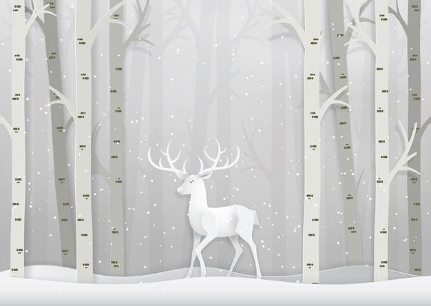 Олень в лесу со снегом