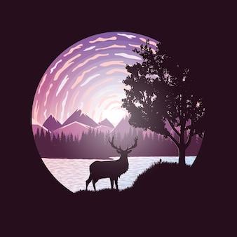 森の山々と雲を背景に湖の近くの鹿