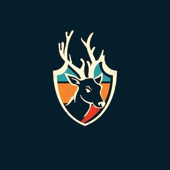 Щит оленя и закат в винтажном стиле логотипа