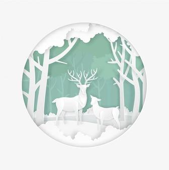 Олени в лесу со снегом в зимний сезон. рождество, новый год