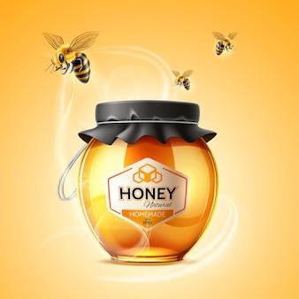 リアルな蜂と黄金の蜂蜜とガラスの瓶とおいしい蜂蜜の広告