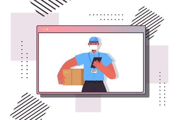 Доставщик в форме с картонной коробкой в маске для предотвращения коронавируса