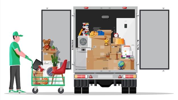 내부에 집 물건으로 가득 찬 배달 트럭. 새 집으로 이사. 가족은 새 집으로 이사했습니다. 상품이 든 상자. 패키지 운송. 컴퓨터, 램프, 옷, 책. 평면 벡터 일러스트 레이 션