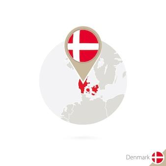 덴마크 지도 및 원 안에 플래그입니다. 덴마크, 덴마크 플래그 핀의 지도입니다. 세계 스타일의 덴마크 지도. 벡터 일러스트 레이 션.