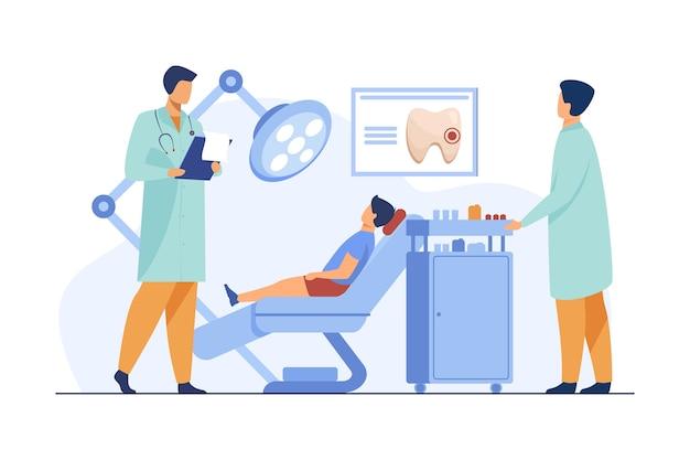 歯科医は歯科用椅子で男の子を調べています。医者、歯、フラットベクトルイラストをご覧ください。口腔病学および歯科