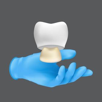 치아의 세라믹 모델을 들고 파란색 보호 수술 장갑을 끼고 치과 의사 손. 회색 배경에 고립 된 치아 개념에 왕관의 현실적인 그림