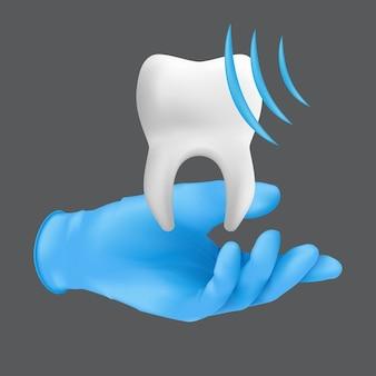 치아의 세라믹 모델을 들고 파란색 보호 수술 장갑을 끼고 치과 의사 손. 회색 배경에 고립 된 전문 치과 청소 개념의 현실적인 그림