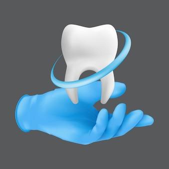 歯のセラミックモデルを保持している青い保護手術用手袋を着用している歯科医の手。灰色の背景に分離された歯のホワイトニングの概念のリアルなイラスト