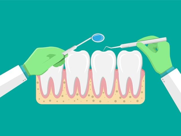 Стоматолог с инструментами осматривает зубы.