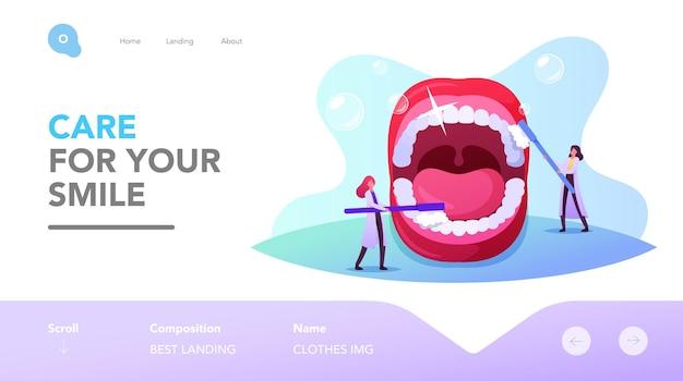 Шаблон целевой страницы стоматологии, чистки зубов. маленькие персонажи-дантисты ухаживают за огромными зубами в открытом рту с помощью щетки и зубной пасты. профилактика кариеса, стоматология. мультфильм люди векторные иллюстрации