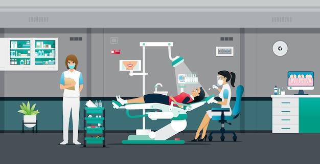 치과 의사는 간호사의 도움을 받아 환자를 치료하고 있습니다.