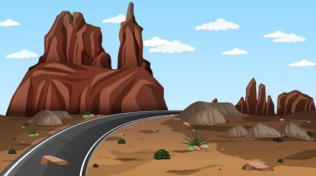 긴 도로가 있는 낮 장면의 사막 숲 풍경