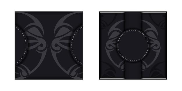텍스트를 위한 장소와 폴리제니안 스타일 패턴의 얼굴이 있는 초대장을 디자인하세요.