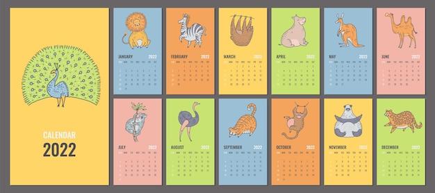 귀여운 정글 동물이 있는 2022년 달력 또는 플래너 디자인. 표지, 월간 페이지 및 만화 캐릭터가 있는 벡터 편집 가능한 템플릿입니다. 주 시작 일요일