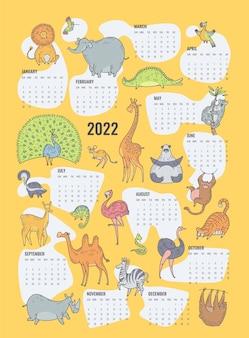 귀여운 정글 동물들이 있는 2022년 달력 디자인. 만화 캐릭터가 있는 벡터 노란색 편집 가능한 템플릿입니다. 주 시작 일요일