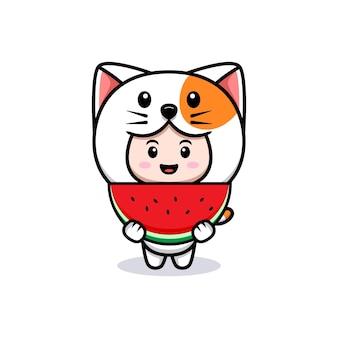 수박 아이콘 그림을 들고 고양이 의상을 입고 귀여운 소년의 디자인