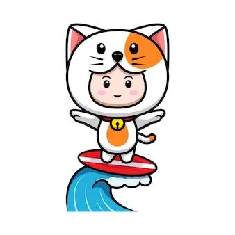 해변 아이콘 그림에서 서핑하는 고양이 의상을 입은 귀여운 소년의 디자인