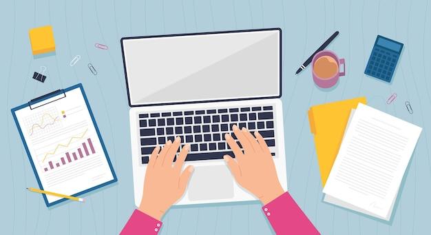 デスクトップビュー。手でオフィスのテーブルは、ラップトップコンピューター、ビジネスドキュメント、書類、フォルダーで動作します。オンラインの仕事や教育のベクトルの概念。職場のフリーランサーまたは従業員