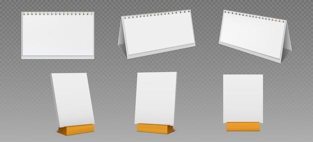 透明な背景に分離された木製のディスプレイスタンドにスパイラルと空白のページを持つデスクトップカレンダー。テーブルの上に立っている白い紙のカレンダー、オフィスプランナーまたはメモ帳の現実