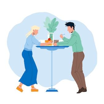 카페 테이블 벡터에서 디저트 먹는 남자와 여자. 소년과 소녀 부부는 부엌 책상에서 맛있는 디저트 영양을 먹습니다. 달콤한 구운 크림 음식 플랫 만화 일러스트와 함께 캐릭터