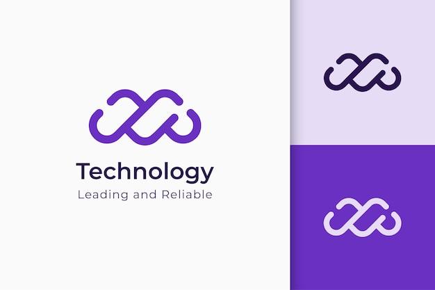 Логотип разработки или программного обеспечения в абстрактной букве m представляет технологию