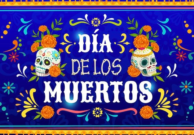 Dia de los muertos 멕시코 칼라베라 두개골. 멕시코의 전통적인 꽃 장식으로 파란색 배경에 금잔화 꽃과 설탕 두개골이 있는 벡터 포스터. 만화 죽은 날 축하 디자인