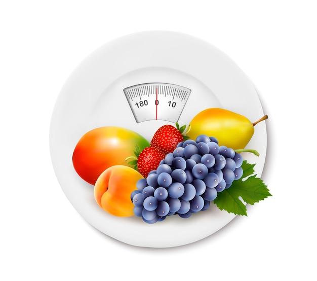 다이어트 식사. 측정 테이프와 함께 접시에 과일입니다. 다이어트의 개념.