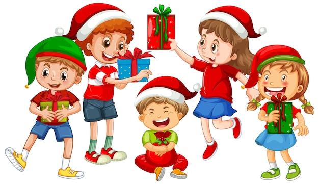 Diversi bambini indossano costumi a tema natalizio e tengono in mano la loro confezione regalo isolata su bianco