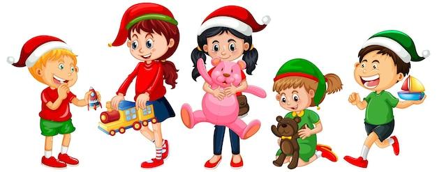 クリスマスのテーマで衣装を着て、白い背景で隔離のおもちゃで遊ぶさまざまな子供たち