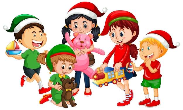 Разные дети в костюмах на рождественскую тему и играют с игрушками на белом фоне