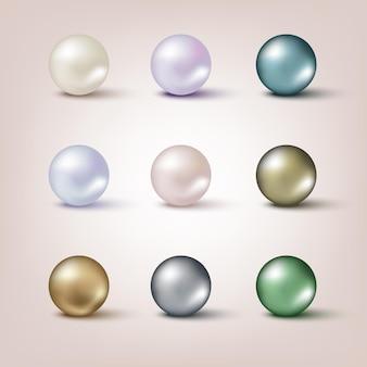 明るい背景に分離された異なる色の真珠セット