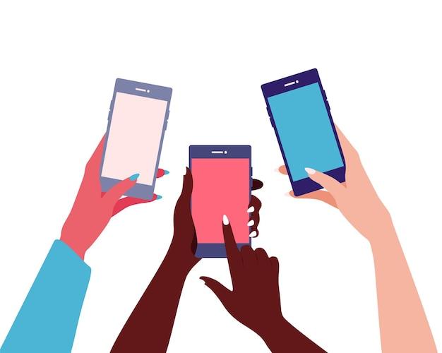 さまざまな女性の国籍の手が携帯電話を持っており、その指が画面に触れています。