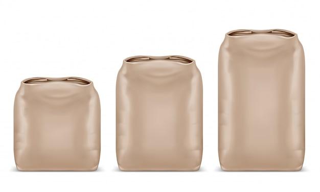 Набор мешков из крафт-бумаги разного кг. шаблон макета для продуктов питания и строительных материалов. пустой дизайн упаковки. реалистичные 3d иллюстрации, изолированные на белом фоне