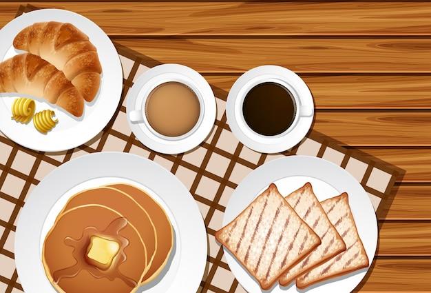 木製テーブルでの朝食のメニュー