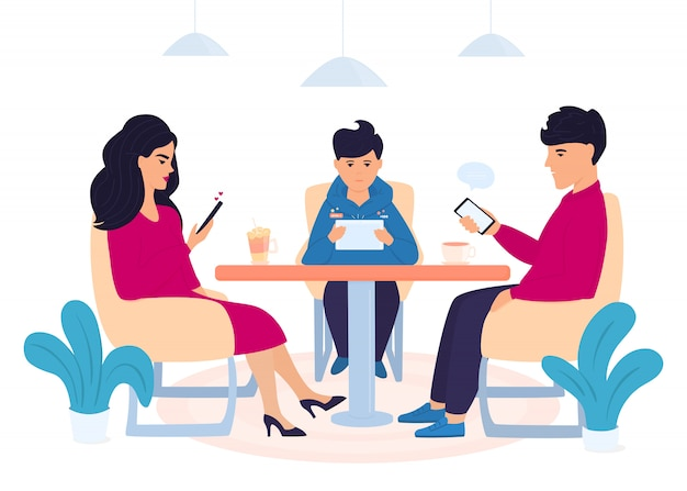 デジタル中毒。 10代の息子を持つ家族がカフェに座ってガジェットを使用しています。スマートフォンでオンラインチャットの男。女性はソーシャルネットワークでいいね!少年はタブレットでコンピューターゲームをプレイします。