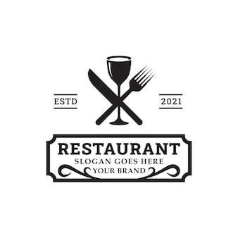 레스토랑 바 비스트로 빈티지 레트로 로고 디자인 벡터 템플릿을 위한 스푼 포크와 나이프가 있는 저녁 식사 클래식 로고