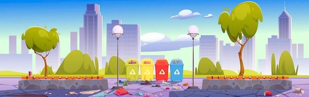 Parco cittadino sporco con bidoni della spazzatura per la separazione e il riciclaggio dei rifiuti