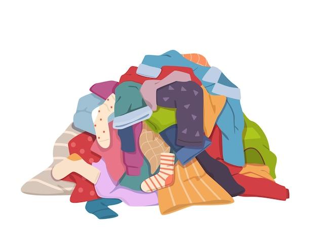 더러운 옷 더미입니다. 얼룩이 있는 지저분한 세탁물 더미, 다른 더러워진 냄새 나는 의류, 더러워진 천으로 된 오래된 반바지, 티셔츠, 양말이 바닥에 있습니다. 세탁 벡터 절연 다채로운 개념