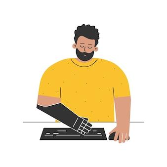 У инвалида протез. человек с протезом руки, набрав на клавиатуре компьютера