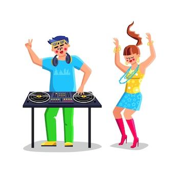 Диск-жокей, играя музыку на вектор оборудования dj. dj на проигрывателе проигрывателя компакт-дисков в ночном клубе во время вечеринки и танцующей молодой девушки. персонажи в ночном клубе плоский мультфильм иллюстрации