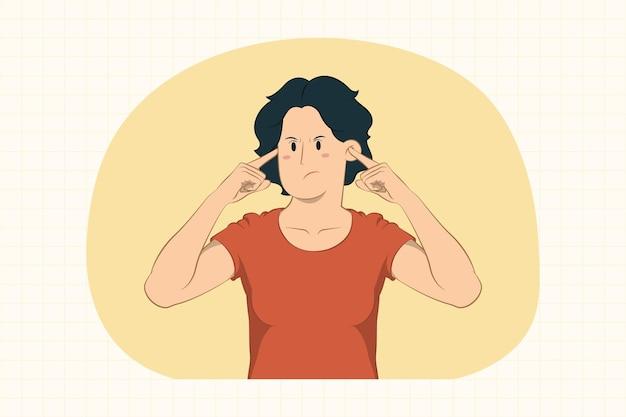 Недовольная молодая женщина, закрывающая уши пальцами