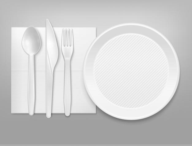 Одноразовая белая пластиковая тарелка столовые приборы нож вилка ложка на салфетке вид сверху реалистичная посуда набор иллюстрации